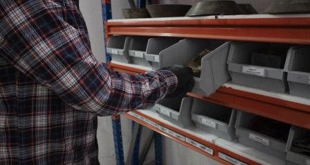 Jak správně ukládat břemena do kovových regálů