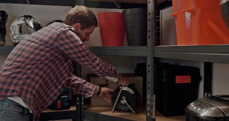 Máte málo místa a mnoho nevyužitých rohů v garáži? Vaše problémy vyřeší kovové regály